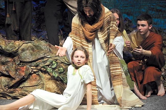 Scena wskrzeszenia córki Jaira ze spektaklu teatralnego CREDO – ZNACZY ŻYĆ z 2013 roku