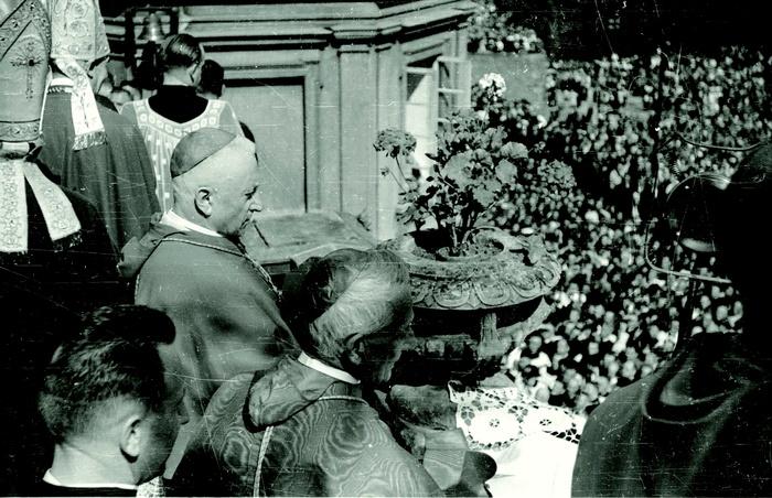 Jasna Góra, 8 września 1946 r. Prymas Hlond wobecności całego episkopatu iprawie miliona wiernych oddaje naród polski Niepokalanemu Sercu Maryi