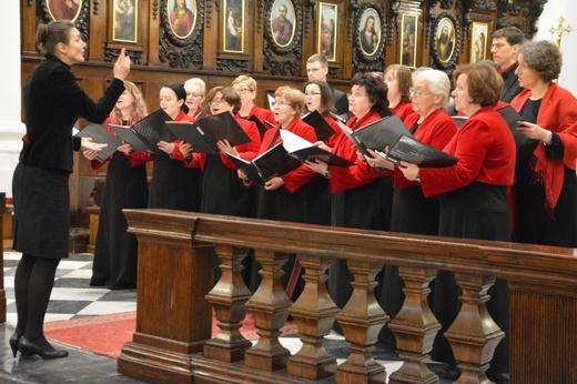 Uroczystość uświetnił występ chóru Sursum Corda działającego przy parafii Św. Krzyża pod dyrekcję Emilii Melon