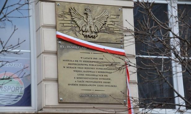 Tablica jest zawieszona na froncie budynku przy ul. Krakowskiej 53