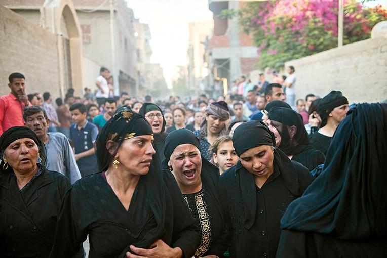 Pogrzeb ofiar agresji przeciwko chrześcijańskim Koptom w Minya (Egipt).